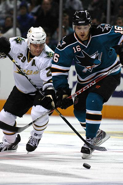San Jose Sharks right wing Devin Setoguchi signs 1 year contract extension